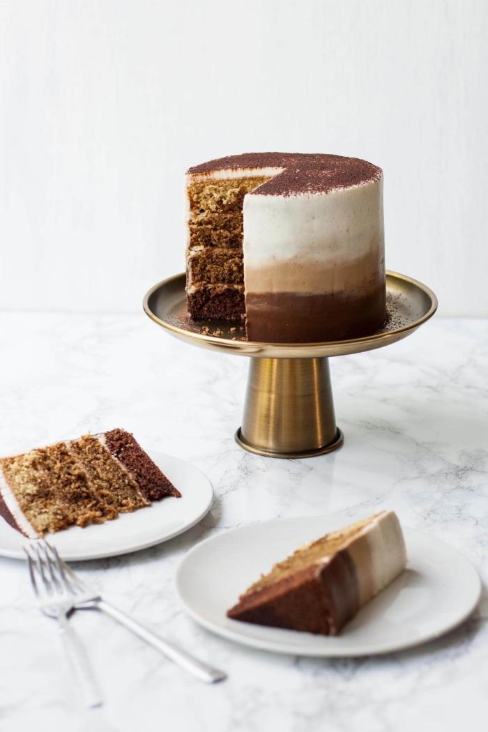 gâteau étagé tiramisu composé de quatre génoises à l'expresso et au glaçage mascarpone dégradé