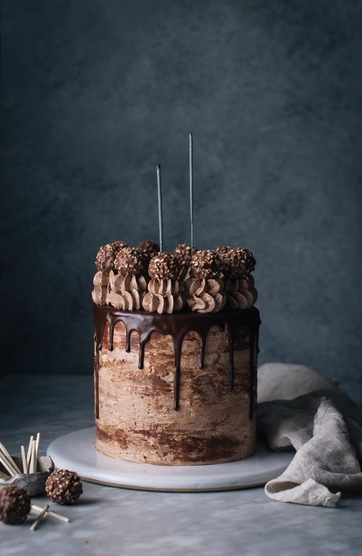 idée de gateau au chocolat anniversaire à base de nutella, un gâteau étagé au chocolat et noisettes bien garni de