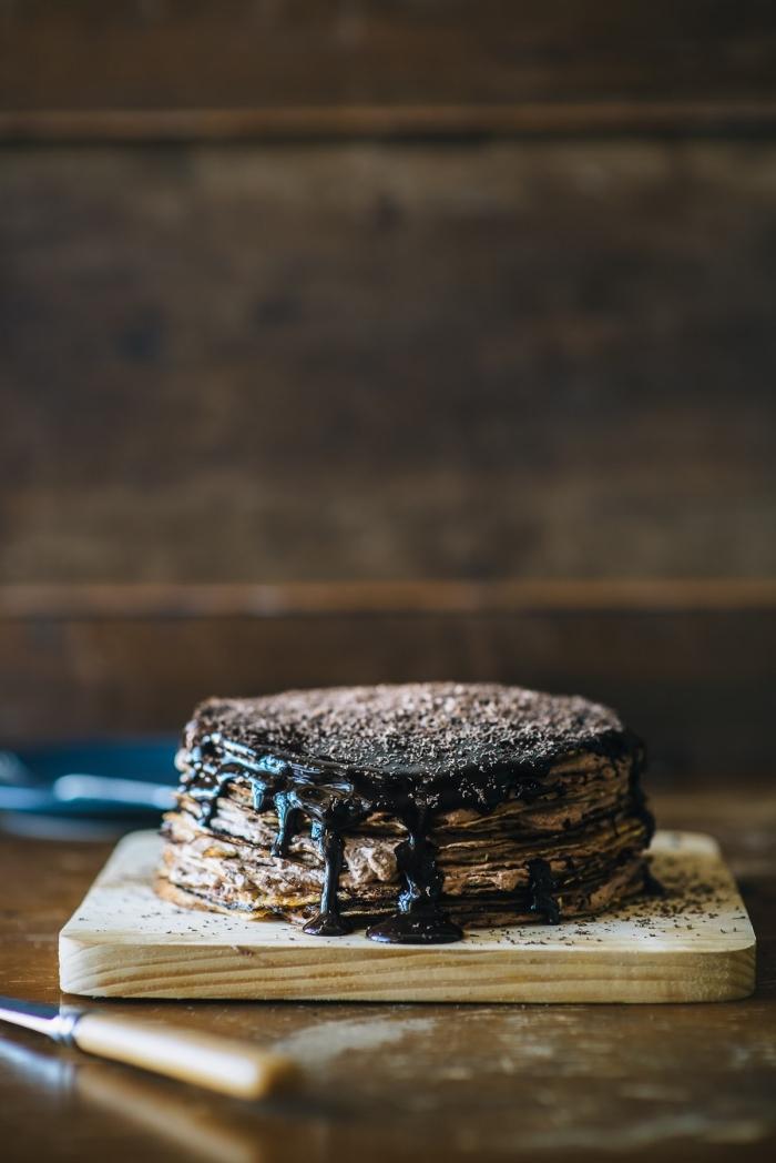 recette de gateau facile et rapide composé de crêpes empilées tartinées de nutella au glaçage de coulis de chocolat noir