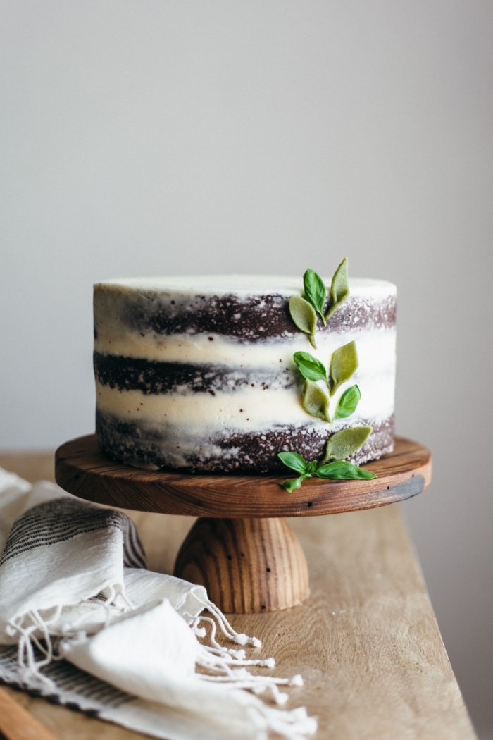 idée de gateau avec mascarpone facile, gâteau étagé au chocolat nappé d'une fine couche de glaçage au mascarpone et beurre