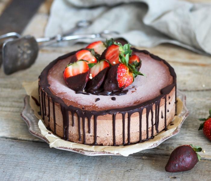 gateau sans farine et sans sucre raffiné aux trois chocolats en version vegan avec une base de dattes et noisettes