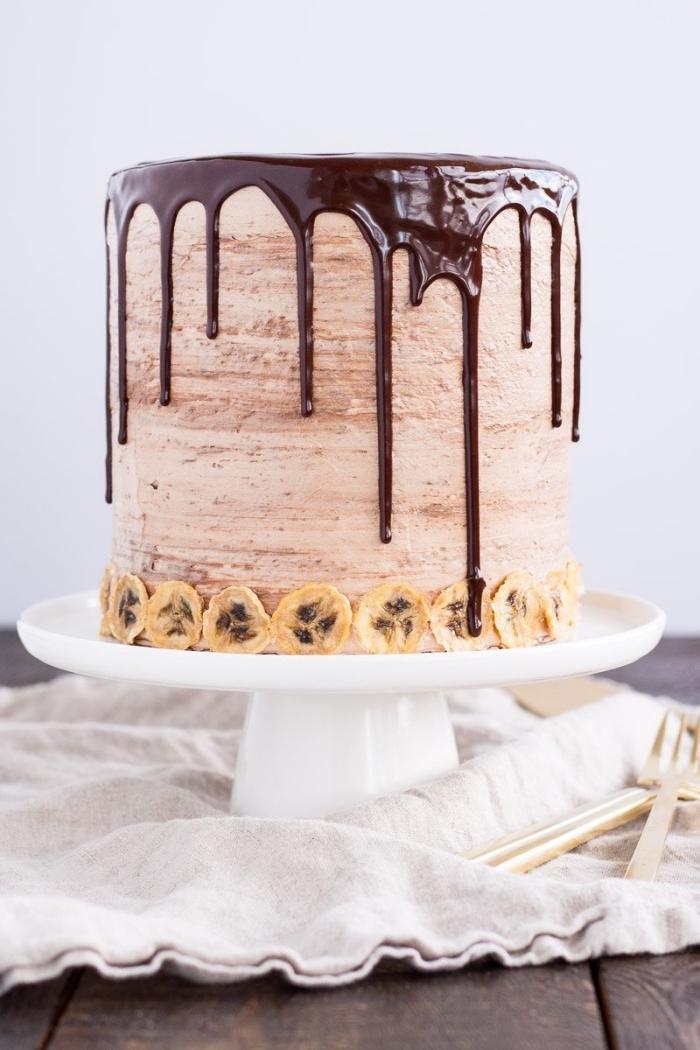 gateau anniversaire original riche en goûts à la banane, à la meringue aux noisettes, ganache au nutella et crème beurre nutella