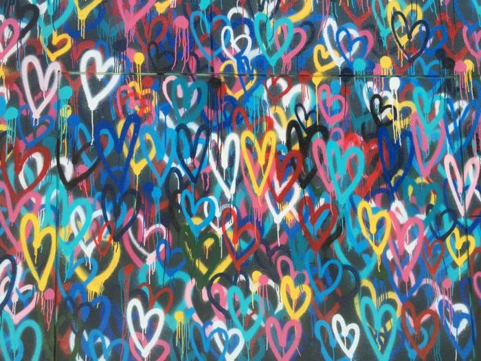 Graffiti mur avec coeurs en différents couleurs, bonne saint valentin mon amour, belle image d'amour pour celui qu'on aime