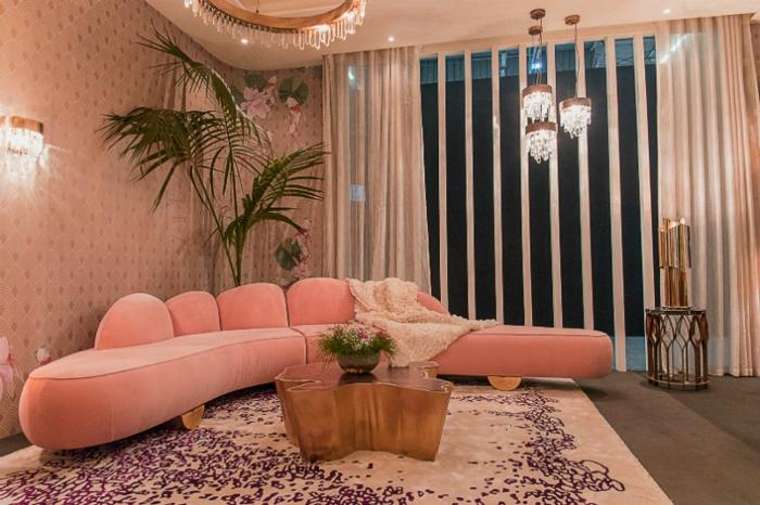 tapis rose poudré motifs lilas, table basse tronc, plafonniers orientaux, grande plante verte,