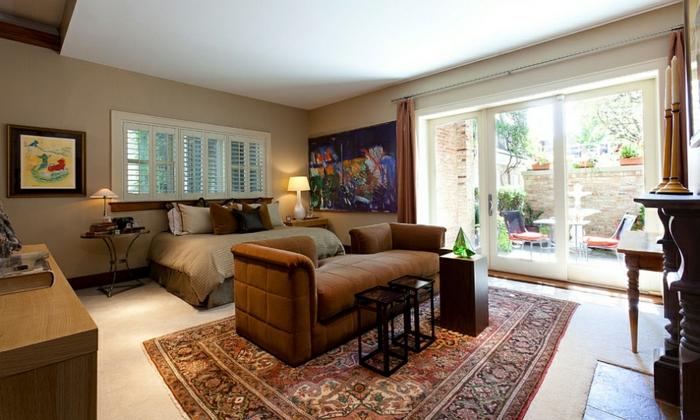 chambre peinture neutre, peinture taupe et blanc, tapis persan, sofa marron, mini tables; mur vitré