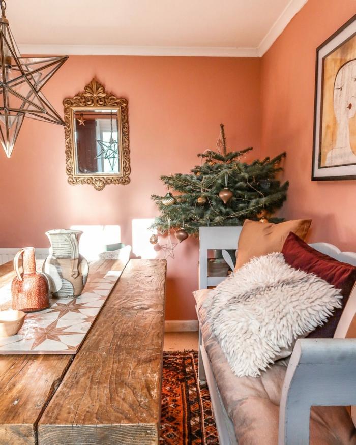 table en bois naturel, coussins poilus, deux coussins couleurs nuancier pantone, miroir cadre doré, couleur tendance 2019