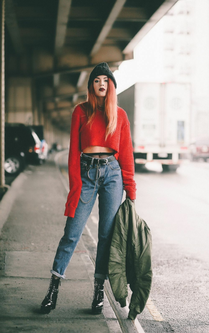 Grunge style avec un pull rouge court, des jean de mère, bottines à talon haute, collant visible des jeans, girl tumblr mode 2019, ado tenue swag fille de pinterest