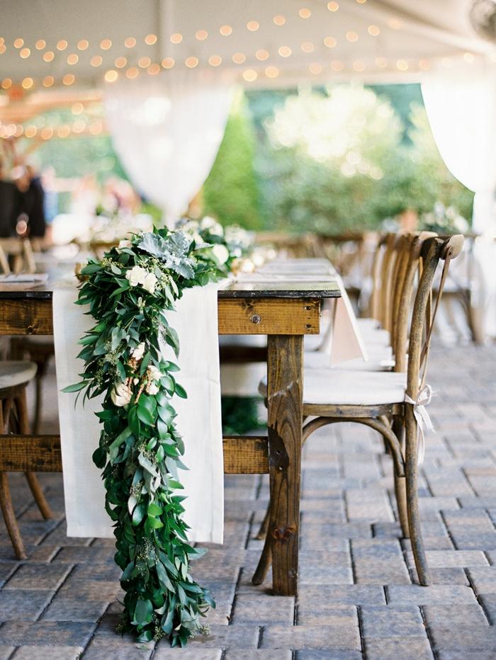 cérémonie de mariage à l'extérieur, chaises rétro, chemin de table pour mariage en fleurs crème et feuillage