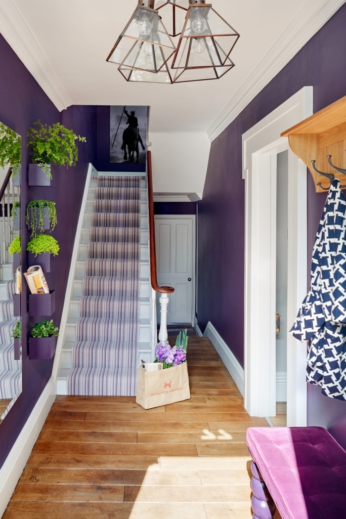 decoration couloir d'entrée en blanc et violet plein d'énergie avec un escalier repeint en blanc