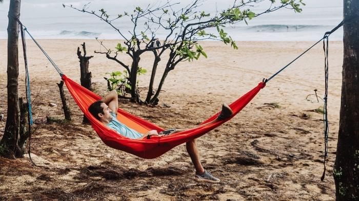 accessoire pour voyageurs, quel cadeau pour fans d'aventure, modèle de hamac suspendu en rouge, idée cadeau homme