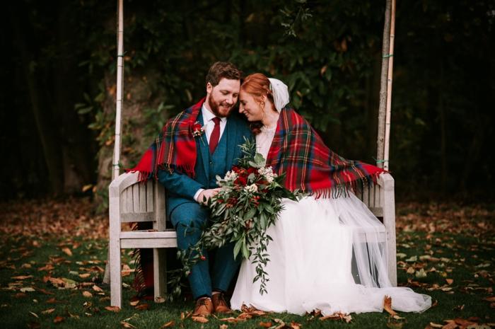 mariage traditionnel, mariés assis sur une banquette blanche, chaussures homme haut de gamme, couverture carré écossais