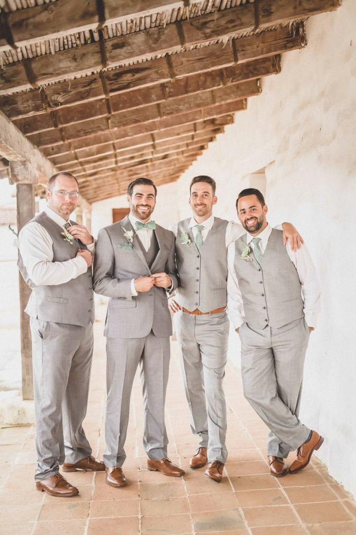 hommes d'honneur à un mariage, costumes hommes gris, vieille grange, poutres de bois