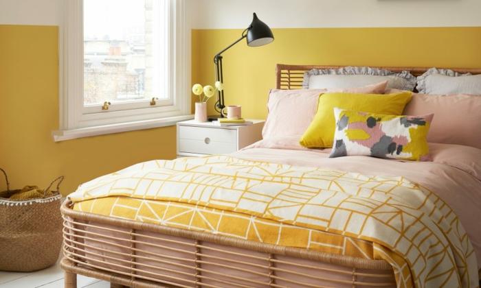 petite chambre à coucher en jaune et blanc, lit aux couettes roses et jaunes, lampe de table noire design industriel