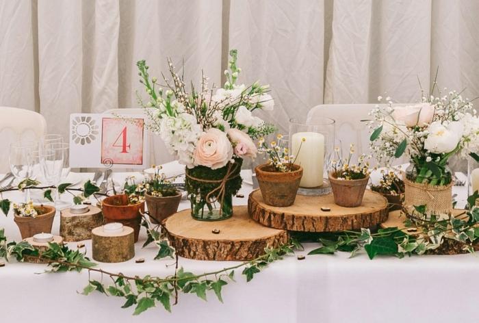 rondins de bois pour chemin de table mariage, petits pots de fleurs, bouquets romantiques, nappe de table blanche