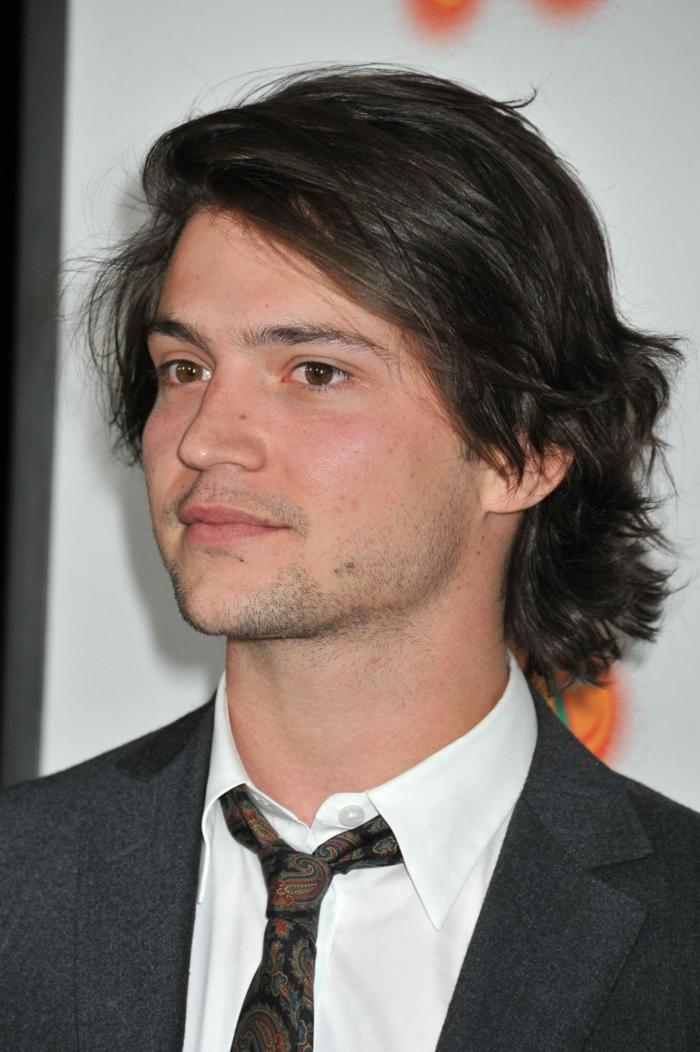 jeune homme élégant, cheveux mi longs, coiffure garcon ado, chemise blanche, cravate