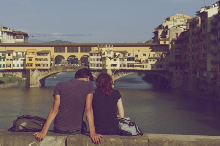 Le ponte Vecchio Firenze Italie, photo couple amoureux bonne saint valentin mon amour choix d'image à envoyer, couple qui regarde une belle vue