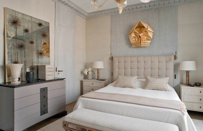 peindre une chambre en deux couleurs modernes, chambre en gris et bleu, commode grise, grand miroir encadré, déco métallique dorée