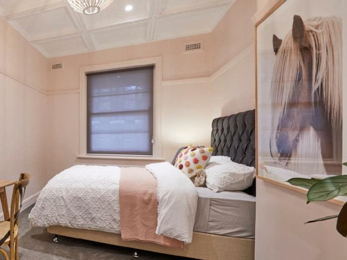 jolie peinture murale rose et plafond blanc, tableau peinture cheval, tête de lit noire capitonnée
