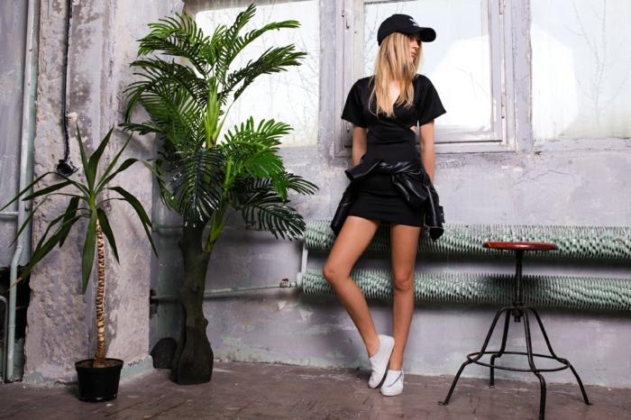 Tenue basket blanche robe noire et veste cuir noire, photo dans un se avec petit palme, plantes vertes, chaise style industriel