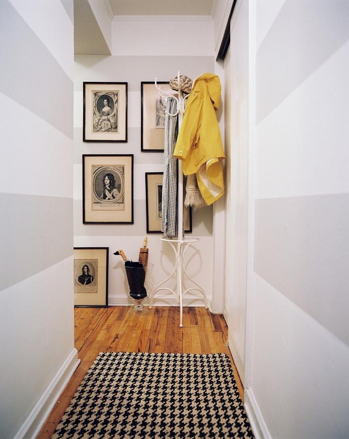 deco couloir graphique aux murs peints avec des bandes de peinture horizontales grises clair et blanches, petit couloir de style scandinave en blanc, gris et touches de noir