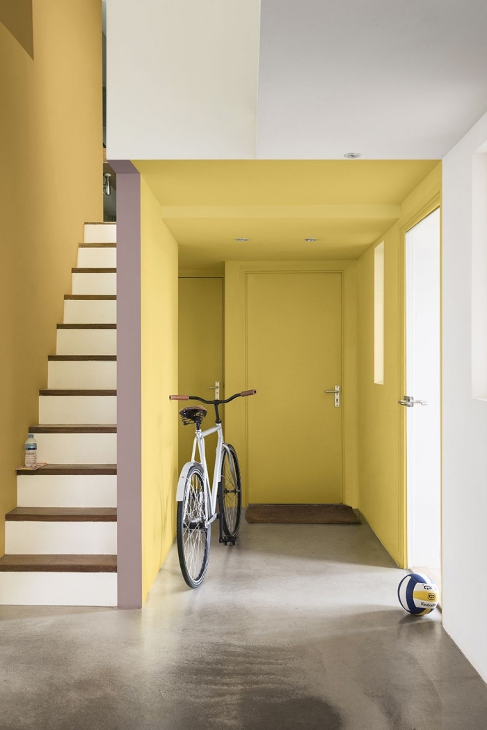 hall d'entrée et cage d'escalier lumineux peints dans une teinte ocre du jaune crée une sensation de chaleur, couleur couloir dunes du sahara de dulux valentine