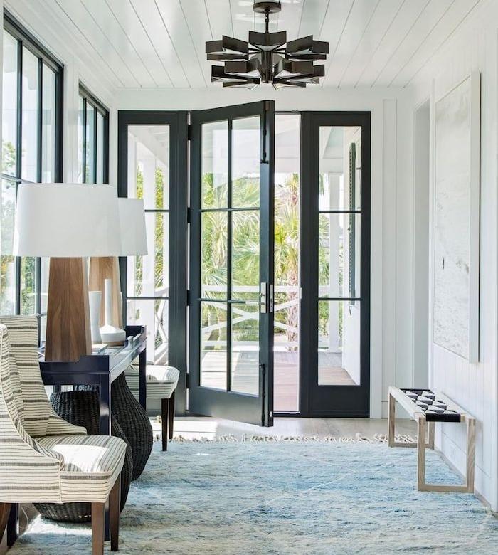 exemple idee deco entree qui laisse la lumière passer, porte d entrée alu vitree, lustre élégant et lampes à poser sur console
