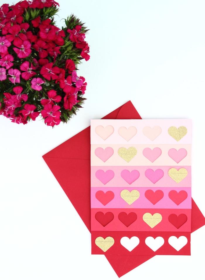 idée originale saint valentin, carte de voeux ombré en rose et rouge à motif petits coeurs dans une enveloppe rouge