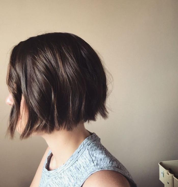 exemple de carré dégradé femme cheveux chatain clair avec des ondulations romantiques, débardeur femme gris