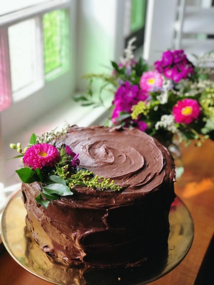 idée de gateau au chocolat anniversaire ou autre occasion spéciale, gâteau à la banane et au chocolat décoré de fleurs
