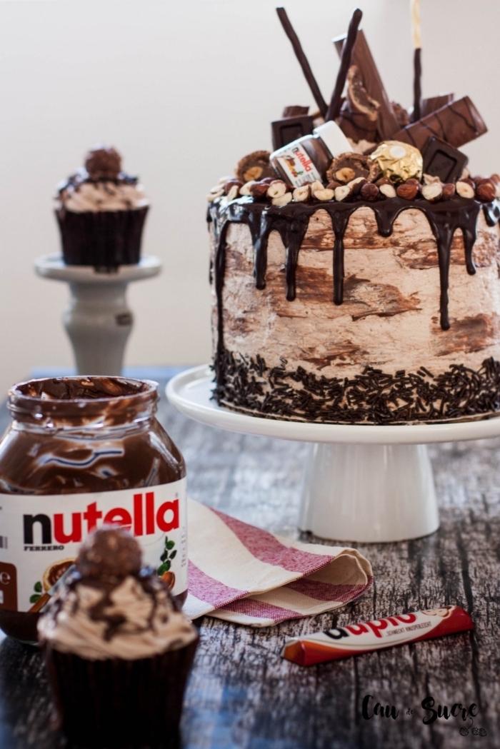 idée de gateau au chocolat anniversaire à base de nutella avec un décor surprenant de faux pot de nutella et de barres chocolatées
