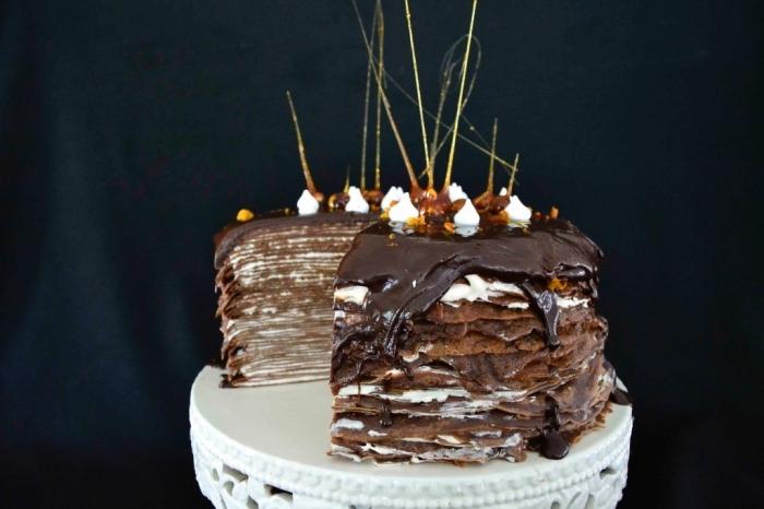 idée de gateau anniversaire original d'un empilement de crêpes tartinées de nutella avec un joli décor en caramel