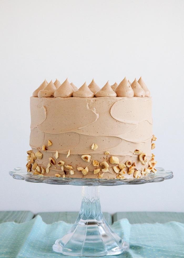 recette de gateau au nutella et à la banane super bon, garni de ganache au chocolat et nappé de crème nutella et noisettes
