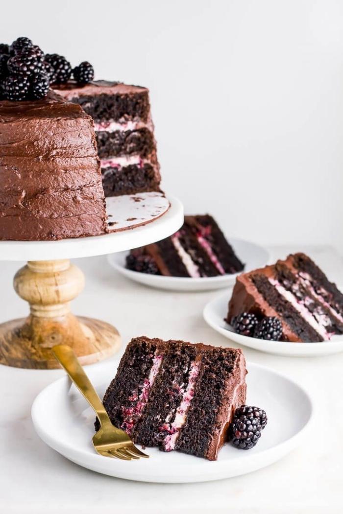 gateau chocolat mascarpone et mûres, gâteau étagé au chocolat et crème mascarpone nappé de crème beurre au chocolat