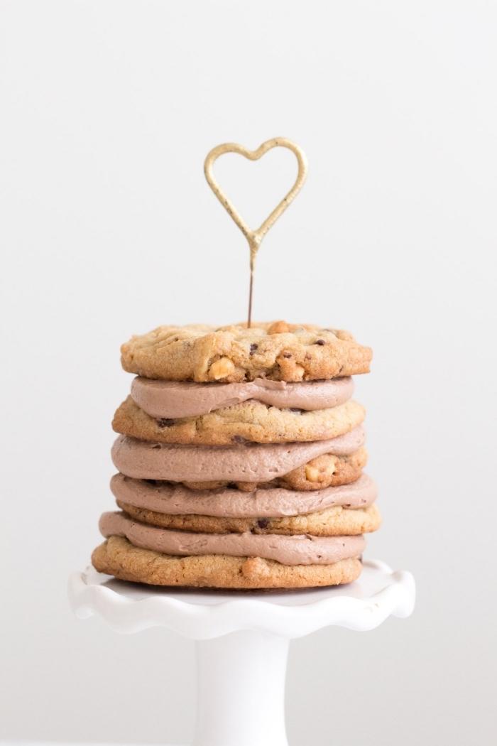gateau facile et rapide de biscuits empilés nappés de crème au beurre et nutella, posé sur un joli présentoir blanc