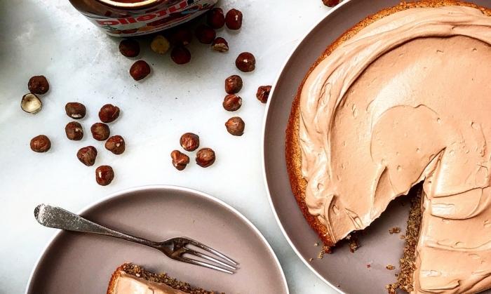 recette facile de gateau sans farine au nutella et aux noisettes nappé de crème chantilly légère au nutella