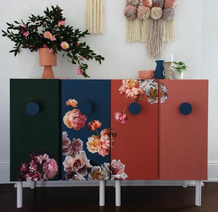 caissons ivar de chez ikea à portes relookées avec de différentes couleurs de peinture à la craie et des collages de fleurs