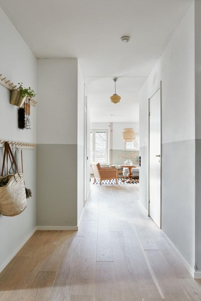 deco couloir scandinave vintage peint à mi-hauteur en vert de gris qui élargit visuellement l'espace