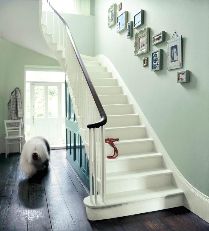 idée peinture couloir et entrée, cage d'escalier vert pastel en contraste avec la rampe et le parquet en bois foncé