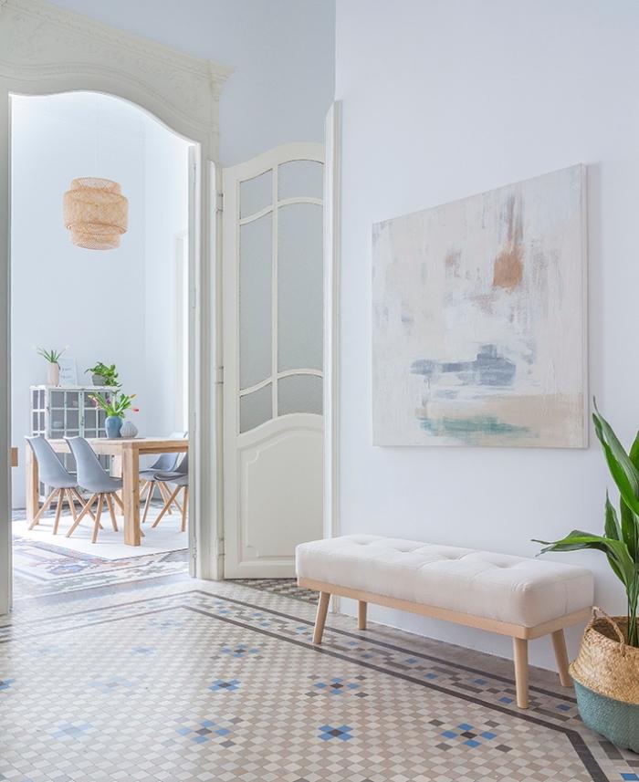 hall d'entrée spacieux au sol en vinyle carreaux de ciment en tons neutres et aux murs bleu pastel très clair, idée deco entrée couloir apaisante