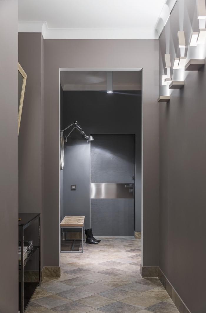 peinture taupe clair et gris sur les murs de ce couloir contemporain au sol en pierre naturelle dans la même tonalité