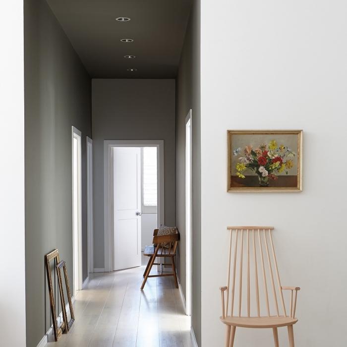 idée peinture couloir et entrée qui joue sur les nuances du gris dans les deux parties du couloir