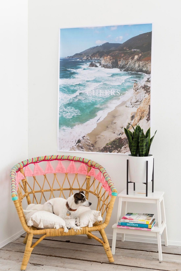 relooker un meuble avec des fils de laine colorés, un fauteuil en rotin ikea à motifs colorés en laine