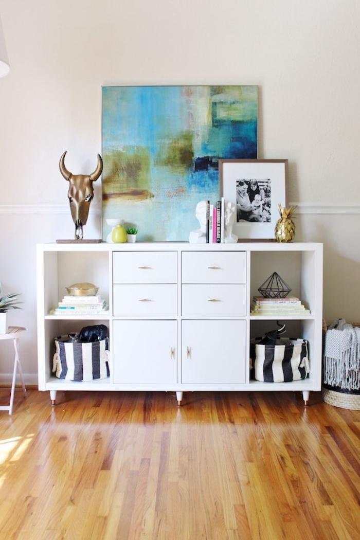 deux étagères kallax avec pieds scandinaves et des portes transformées en buffet fonctionnel pour le salon ou l'entrée, astuces ikea meuble salon fonctionnel