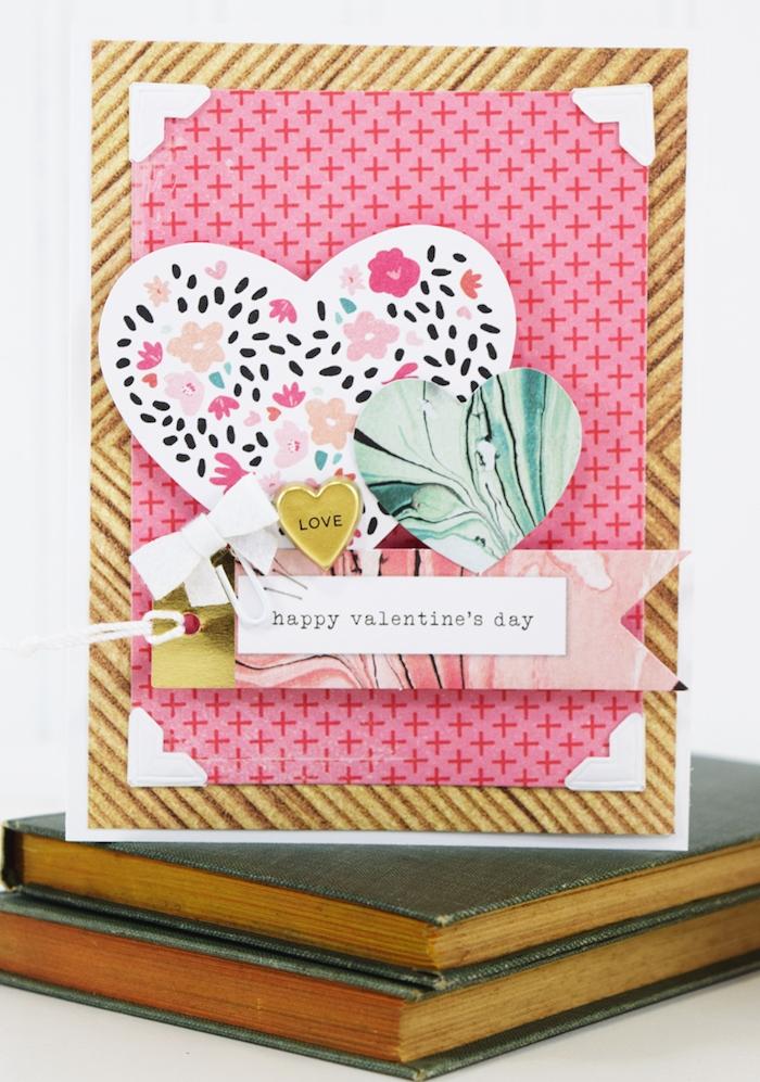 carte scrapbooking a faire soi meme coeurs en papier colorés sur papier rose de fond, noeud de papillon blanc pour decoration