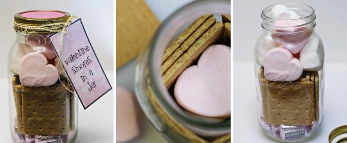 surprise délicieuse pour Saint Valentin, boîte ou bocal remplis de friandises, jar en verre avec cookies et marshmallows