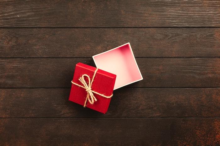 petit box de cadeau en couleur rouge, comment surprendre votre amante