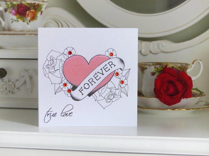 dessin coeur rose et autres éléments graphiques sur fond blanc, carte à fabriquer soi meme pour la st valentin