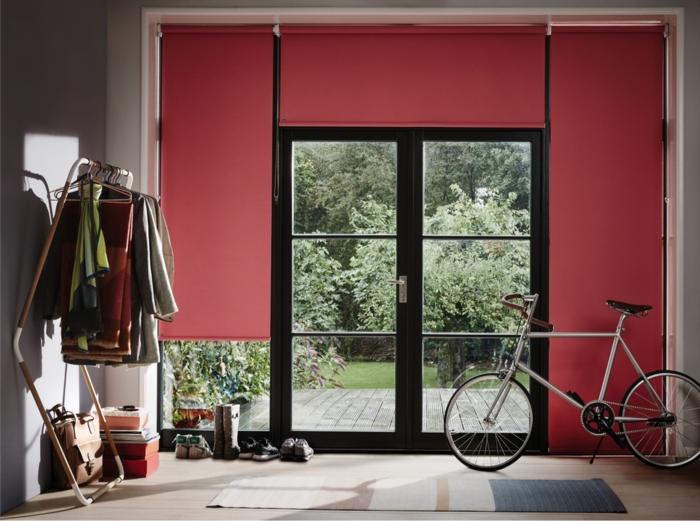 peinture murale en rose, porte fenêtre, porte-vêtements, bicyclette décorative en couleur pantone 2019, rideaux rose saumon