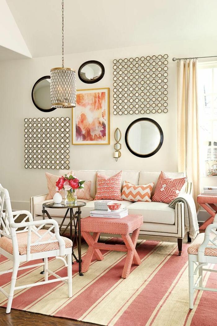salon en rose et beige, miroirs décoratifs, lampe pendante, chaise blanche, tabouret couleur corail