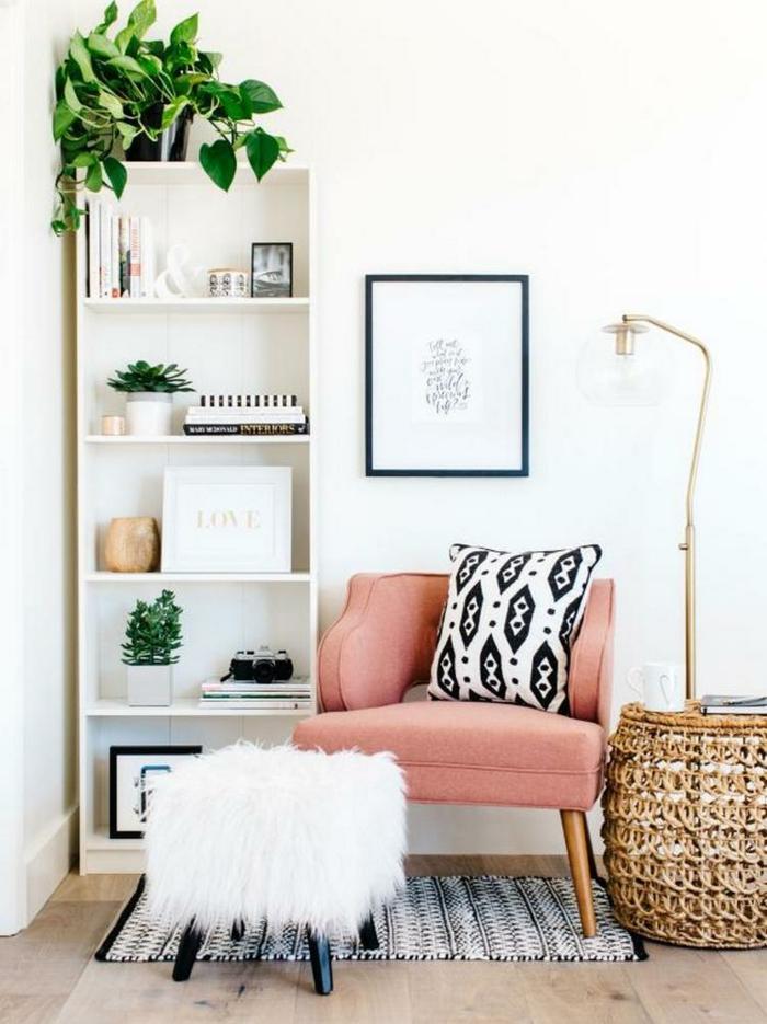 étagère blanche, pot de fleur noir avec plante, grand panier tressé, tabouret avec fourrure blanche, chaise bois et tissu